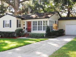 Small hous with a well maintained front yard